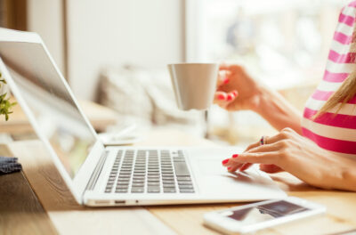 Café tertulia, videoforum, orientación a la realidad con una visión positiva y salidas culturales virtuales son algunas de las actividades grupales online que se han puesto en marcha